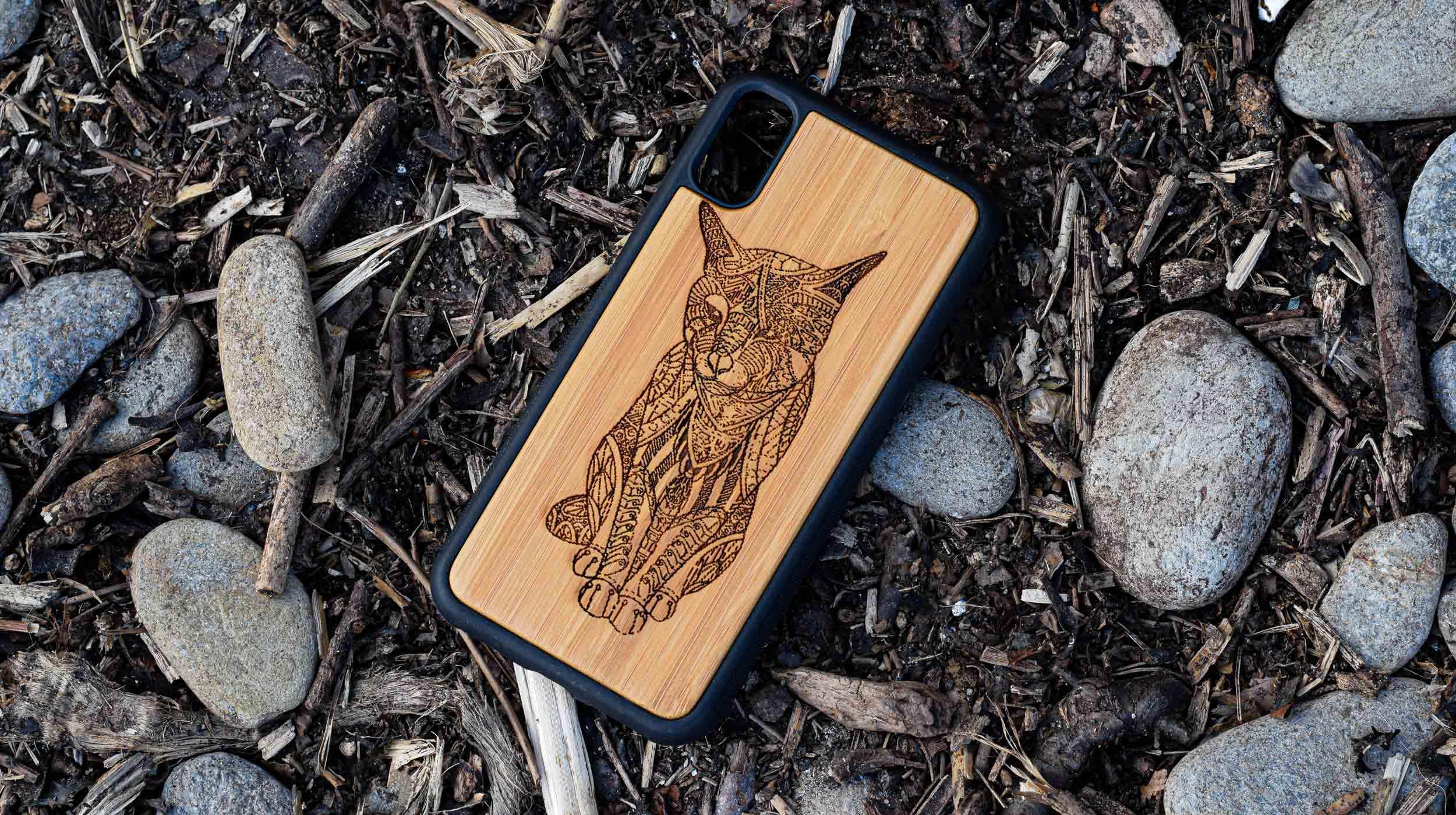 coque en bois gravure chat tribal apdran
